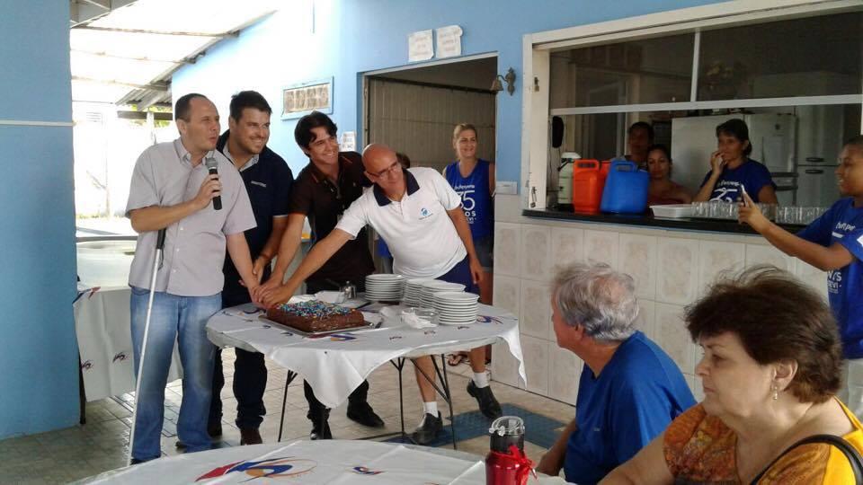 #pracegover o aniversário da Ajidevi contou com bolo, música e presentes